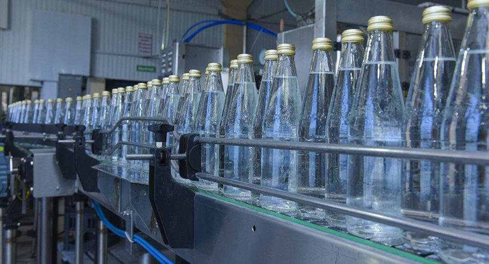 Картинки по запросу минеральная вода в стеклянной бутылке в магазине\